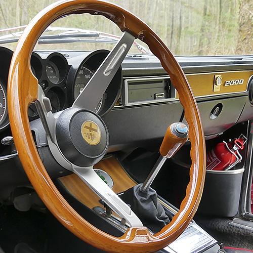 Miss Cerise Se Balade En Alfa-Romeo GTV 2000