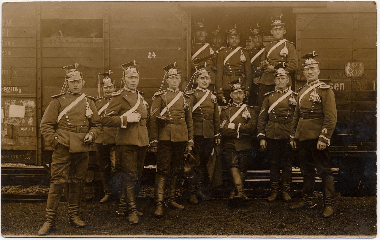 Mon grand-père, Emile Beck, en 1914 sous l'uniforme des Uhlans du Schleswig-Holstein où il servait. Il est à droite, appuyé à la porte du wagon.